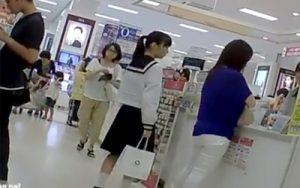 エロナイン - 無修正JC盗撮 母親と買い物中に制服の激カワなロリのパンチラを逆さ撮り